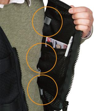 ワイヤーやケーブルをベストの中に収納できるケーブルポート付き