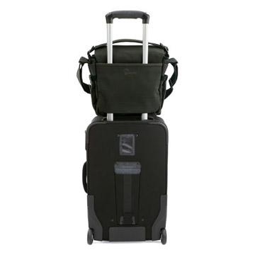 背面ポケット底のジッパーを開くとカートバッグのハンドルに取り付けられます。