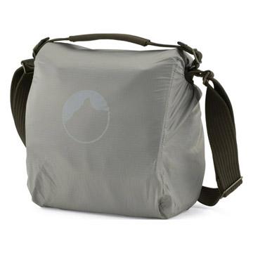 急な雨や砂ホコリからバッグを守る、オールウェザーAWカバー™を内蔵。