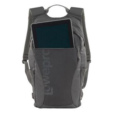 パッド入りポケットにはタブレットPCなどが収納可能