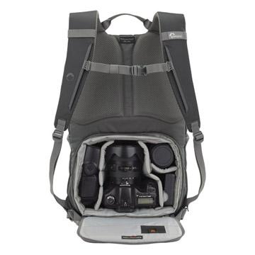 カメラ収納部が背中側なので盗難防止にもなり安心です。