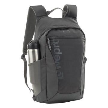 飲料ボトルや小型三脚を収納できるメッシュサイドポケット