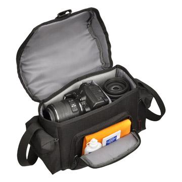 収納例:一眼レフカメラ、標準・広角レンズ、ズームレンズなどが入ります