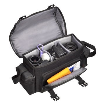 収納例:一眼レフカメラ、標準・広角レンズ、ズームレンズ、ストロボなどが入ります