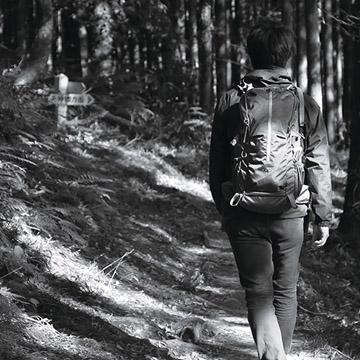 山岳用バックパックの構造を取り入れたカメラバックパック