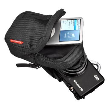 収納例(前面にはiPhoneや薄型アクセサリを、後ろにはカメラが入ります。)