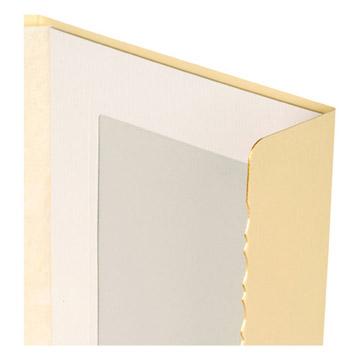 表紙前面の縁の1方は金箔仕上げになっております