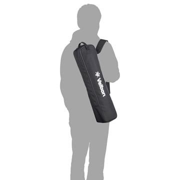 ショルダーパッド付きで重さがある三脚も安全に携帯可能(モデル身長:170cm)